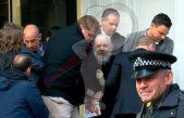 Detienen a Assange tras recibir una orden de extradición de EU