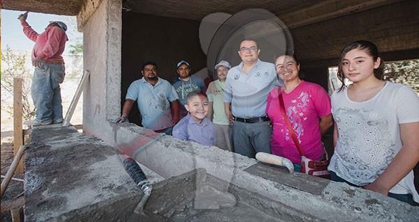 Supervisa Memo Vega construcción de aula en Loma Linda