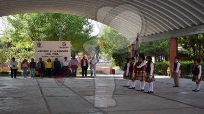 Presiden autoridades acto cívico en escuela Ignacio Pérez