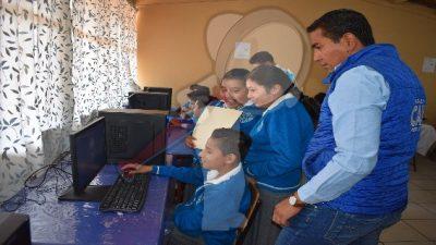 Alumnos de primaria beneficiados con equipo de cómputo