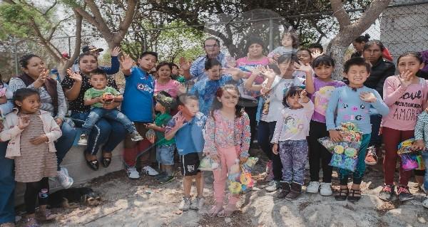 Celebra Memo Vega a los niños de varias comunidades