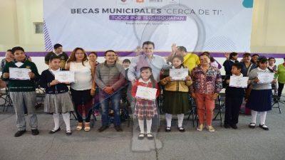 Entrega Toño Mejía 400 becas a estudiantes en Tequisquiapan