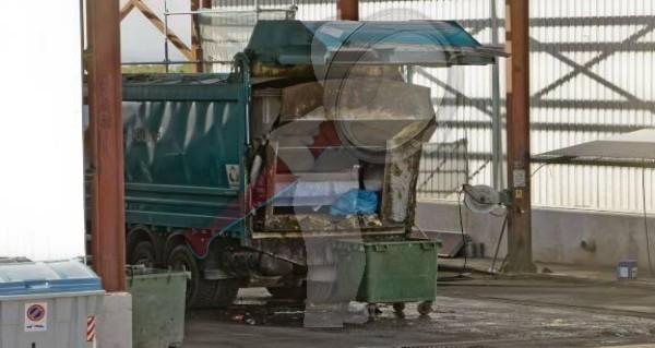 Dormía indigente en contenedor, y camión recolector lo aplastó