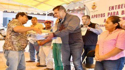 Entrega Toño Mejía uniformes a trabajadores sindicalizados