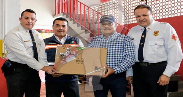 Entrega Diputado José González Laptop a Bomberos de SJR