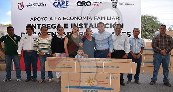 Entrega Amarildo Bárcenas calentadores solares a familias escobedenses