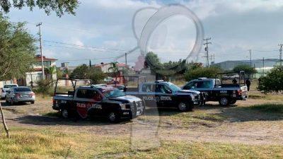 Localizan a dos cuerpos sin vida y camionetas con armas largas