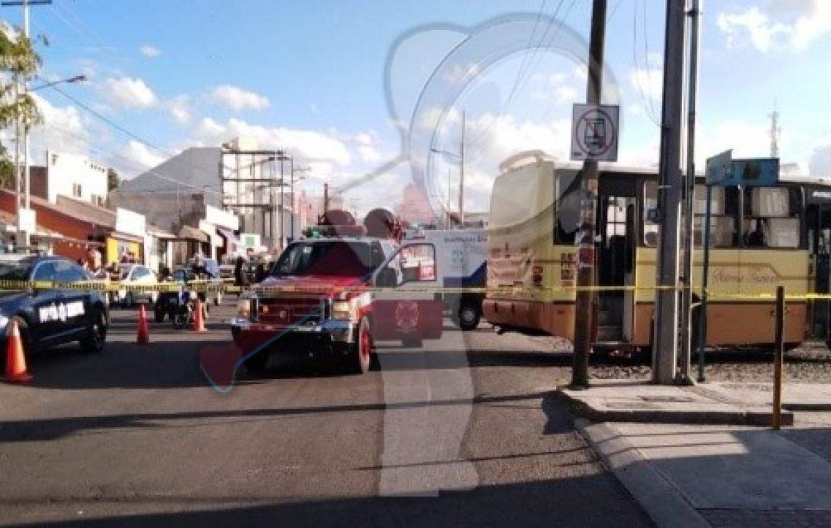 Taxivan atropella a mujer, chófer es detenido