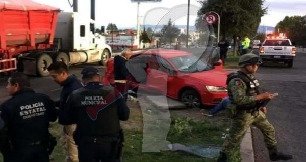 Arrolla tren vehículo en Avenida Central, solo daños materiales