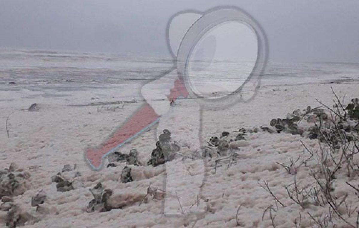 Extraña espuma invadió poblado en Tabasco, provenía del mar