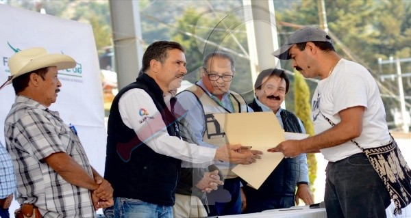Ganaderos reciben apoyos de fondo de aseguramiento por sequía