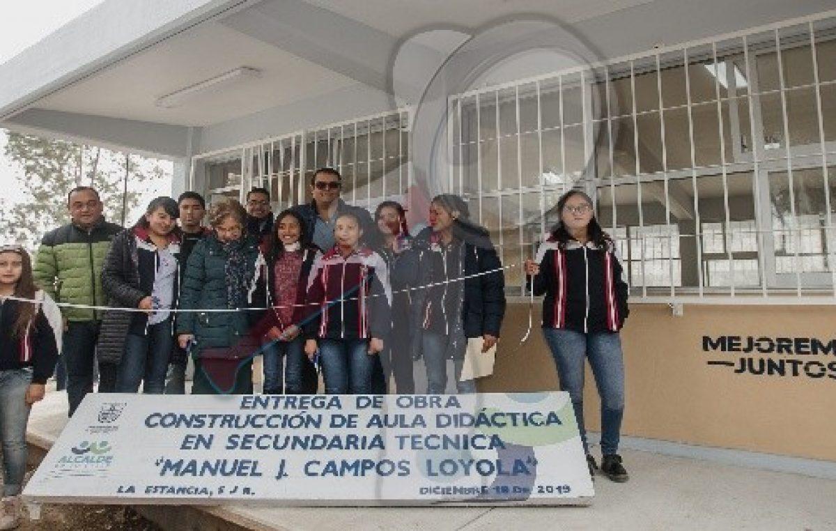 Entrega Memo Vega obras en escuela de La Estancia