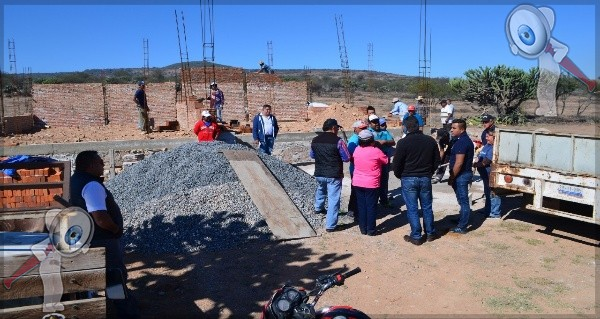 Entrega Toño Mejía material de construcción para obras en San Nicolás