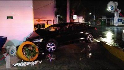 Un lesionado tras impacto de vehículo en Avenida Universidad