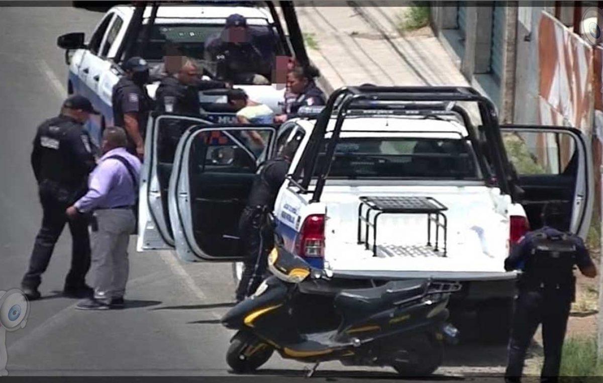 Detienen a dos sujetos en Santa Cruz Nieto tras robo de motocicleta