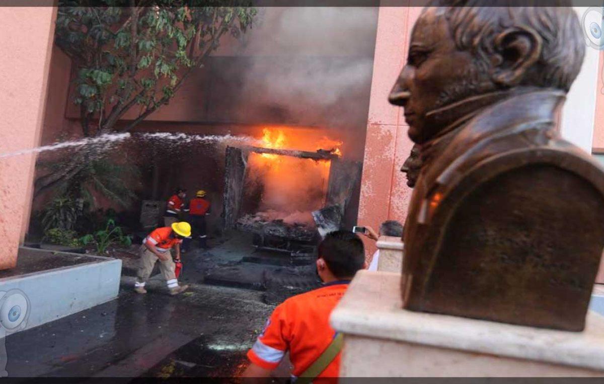 Normalistas vandalizan Congreso de Guerrero
