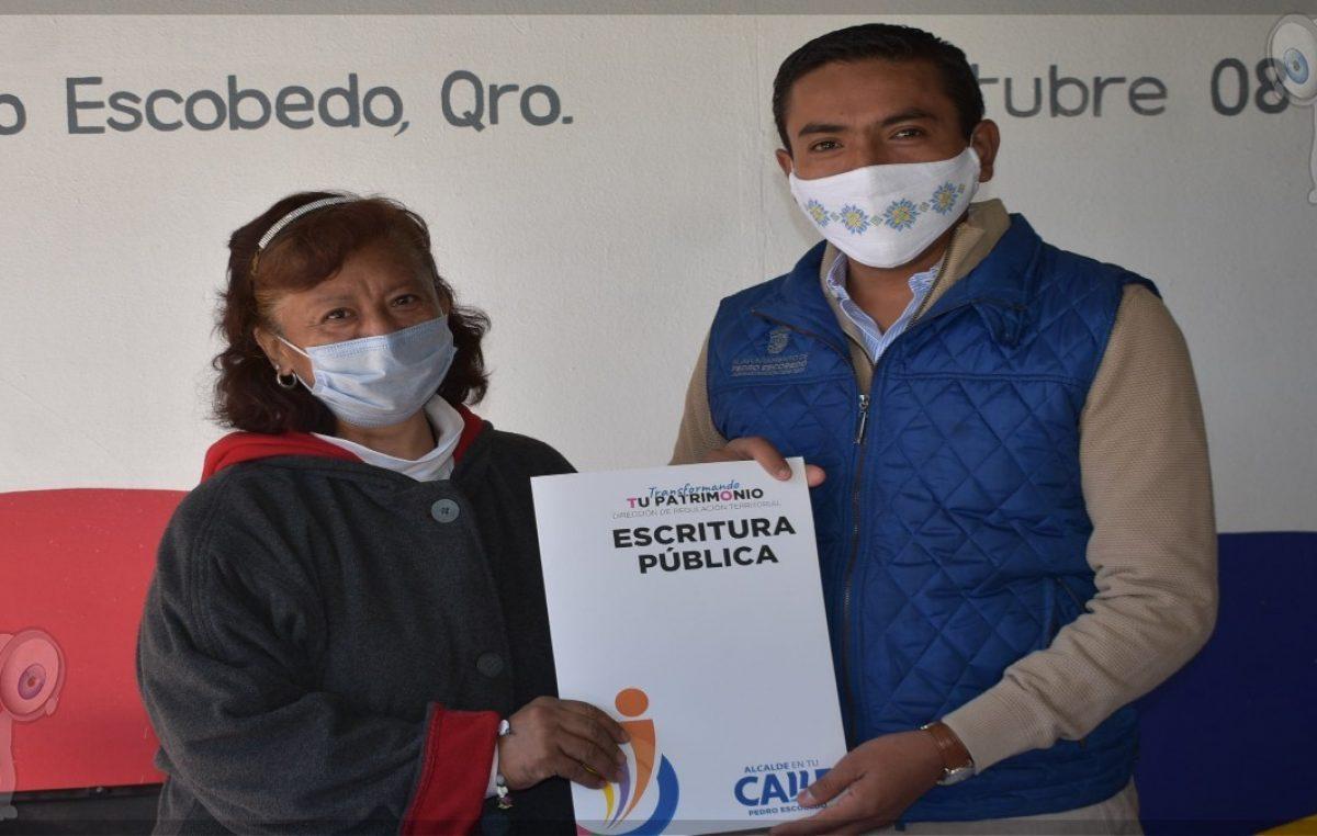 Dan certeza jurídica a habitantes de la colonia Moctezuma en Escobedo