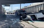 Vehículo cae en puente a desnivel en Paseo Central