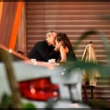 Captan a Hugo López-Gatell en plan romántico con una misteriosa mujer