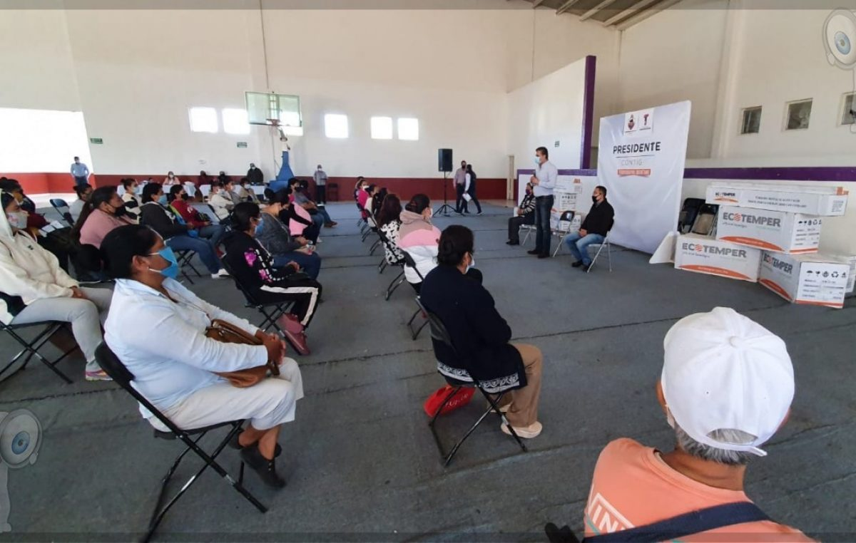 Entregan calentadores solares a familias en Tequisquiapan