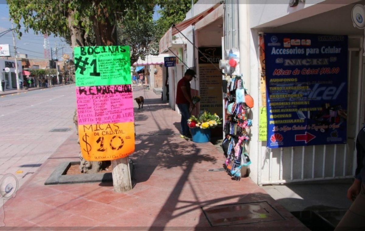 Comerciantes invaden banquetas, hay descontento en Pedro Escobedo