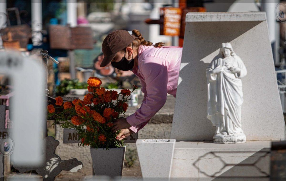 Lleva gobierno municipal flores y veladoras a 22 panteones de SJR
