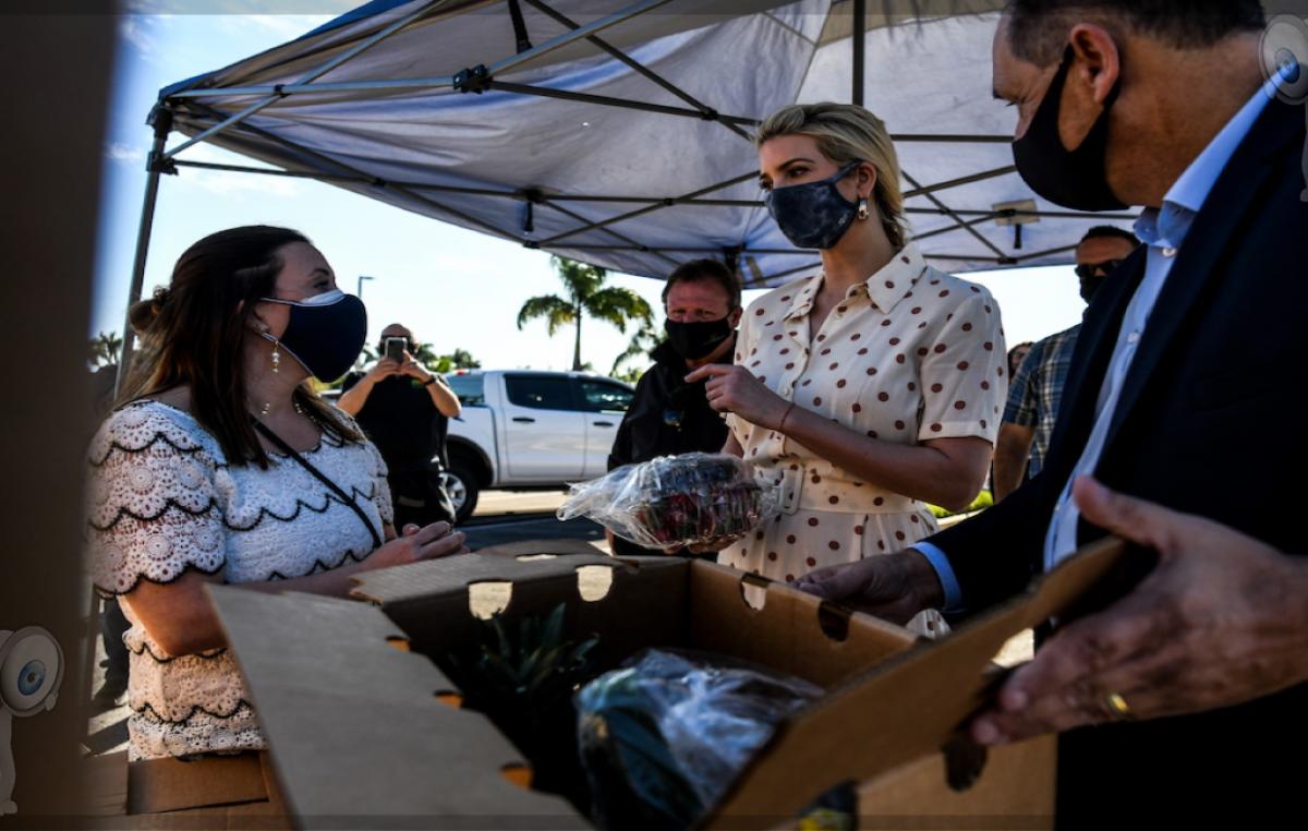 Ivanka Trump sorprende al repartir comida a personas necesitadas