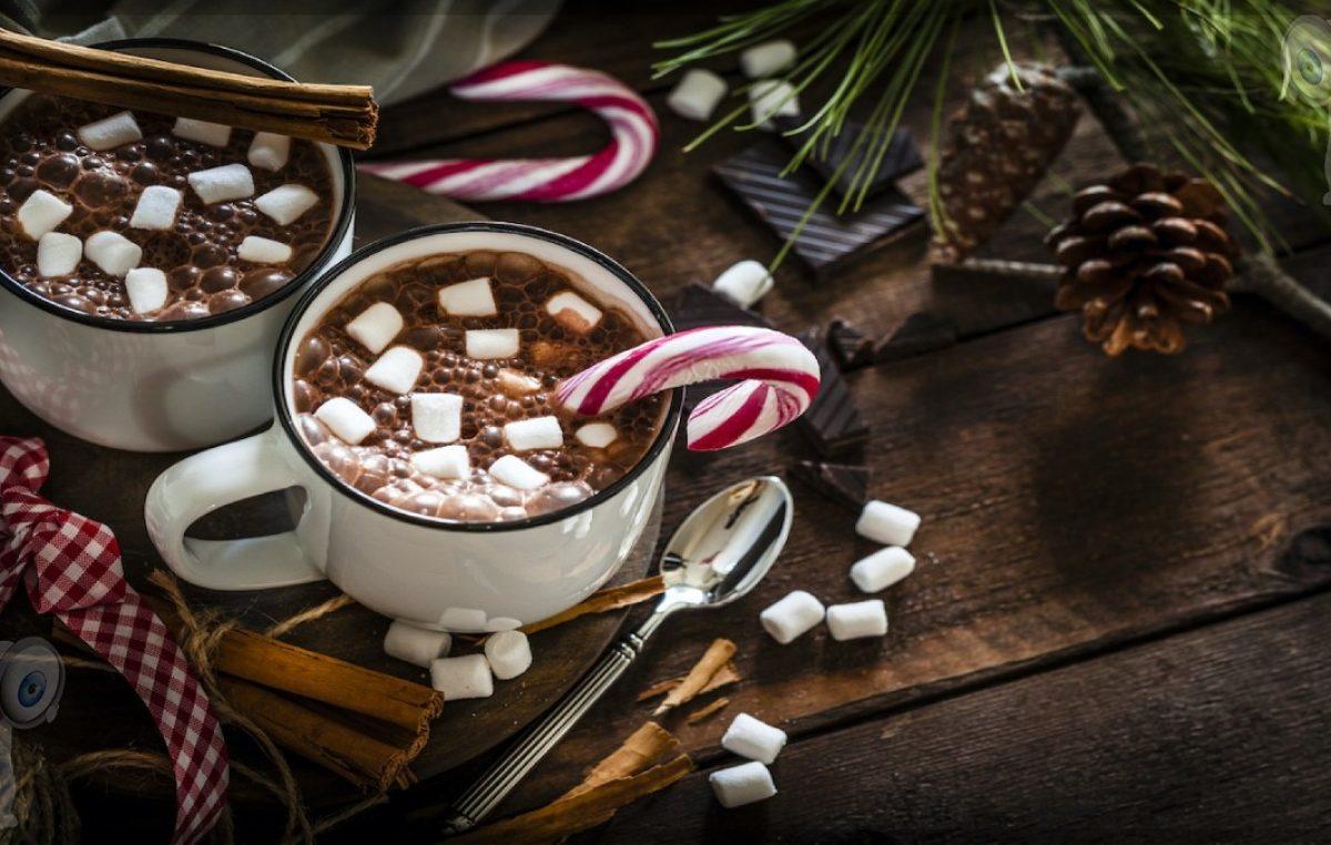 Bombas de chocolate, la bebida navideña en tendencia que también puedes regalar