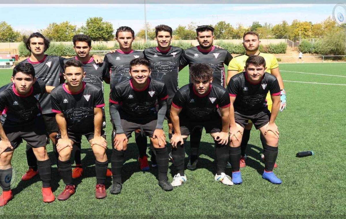 El otro lado del futbolista mexicano en España