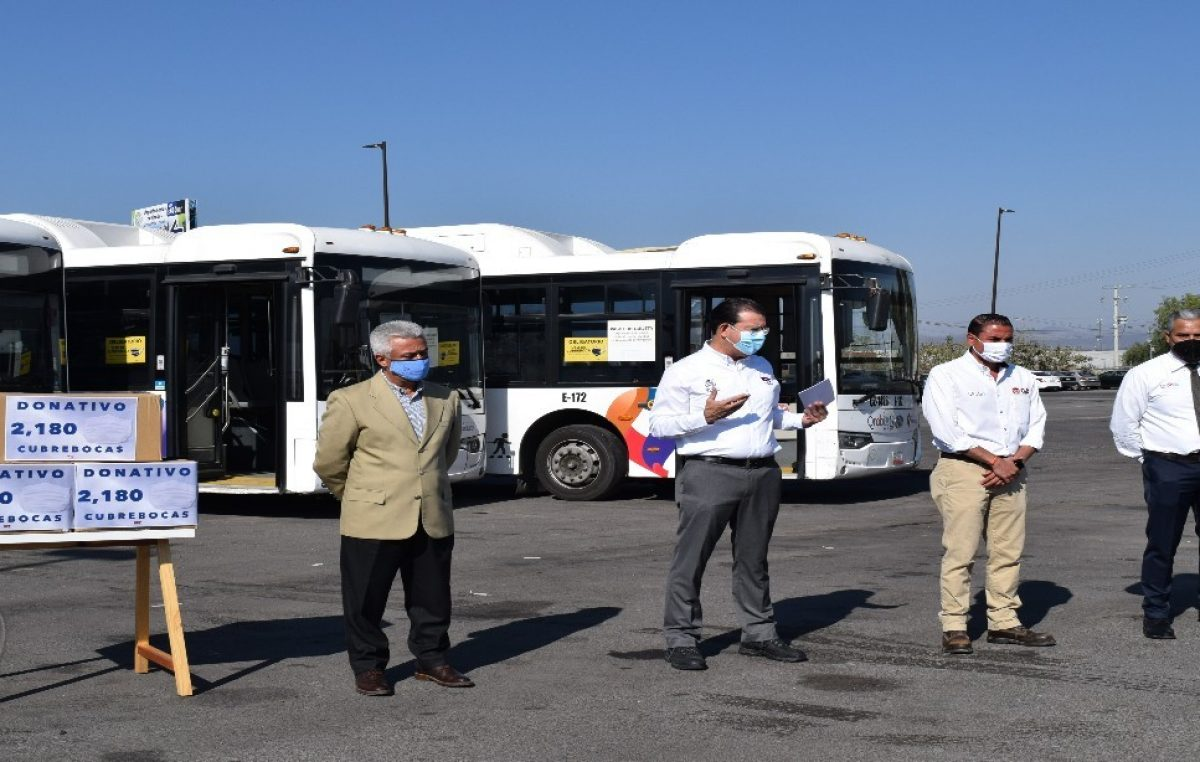 Reciben operadores del transporte público donativo de cubrebocas