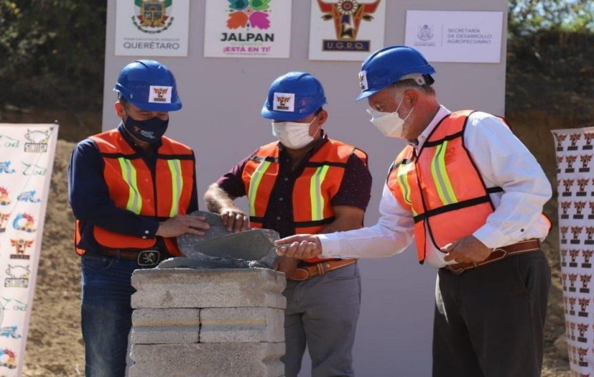 Colocan primera piedra del Centro de Acopio Regional Ganadero de la Sierra Gorda