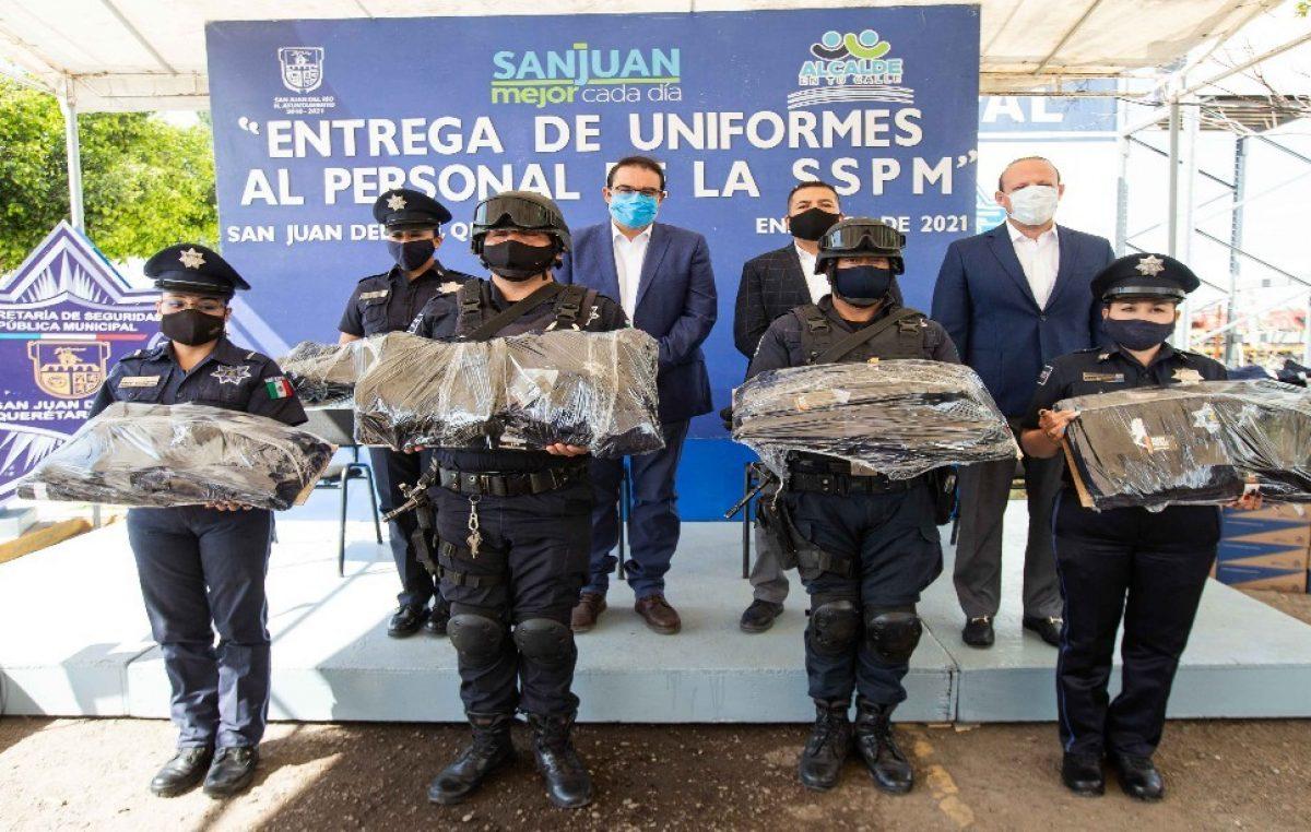 Entrega Memo Vega uniformes a policías municipales