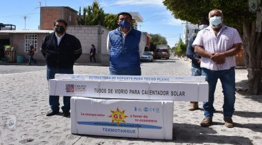 Entrega gobierno municipal calentadores solares en Quintanares