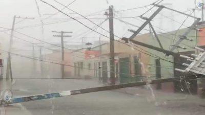 Cae poste y transformador en centro de San Juan del Río