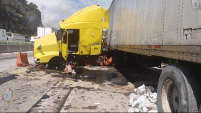Tráiler se queda sin frenos en la México- Querétaro a la altura de SJR