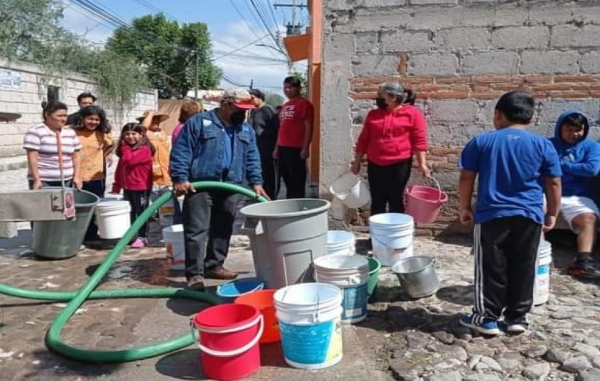 Llevan agua potable en pipas a zonas afectadas por inundaciones en TX