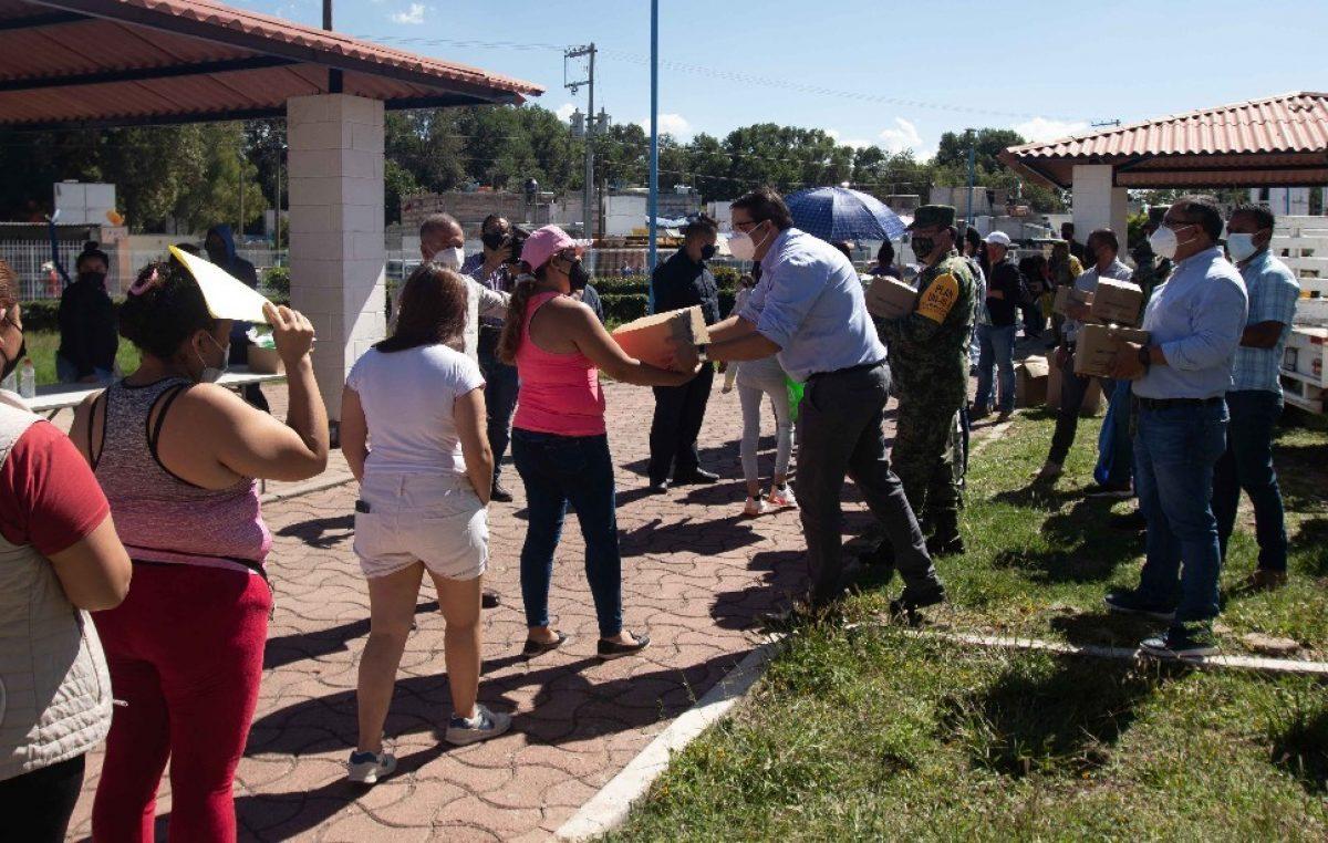 Entregan autoridades paquetes alimentarios y kits de limpieza en La Rueda