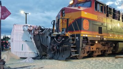 Tren impacta a tráiler en Paseo Central, queda descarrilado de dos ejes