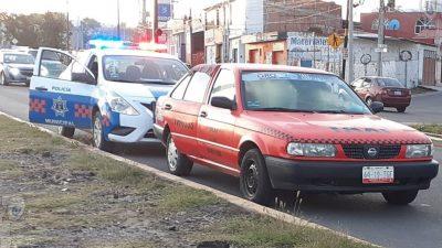 Pasajero fallece a bordo de un taxi en San Juan del Río